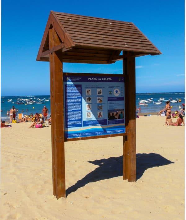 Cartel de madera con tejadillo para playa